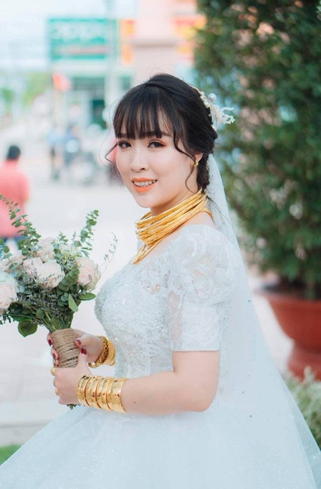 co-dau-so-huong-voi-20-cay-vang-deo-triu-co-ganh-nang-vay-ai-cung-nguyen-y-lay-chong