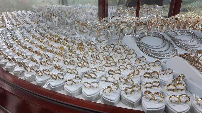 Giá vàng hôm nay 5-1: Tăng tương đương 1,1 triệu đồng /lượng, chứng khoán bị bán tháo - Ảnh 1.
