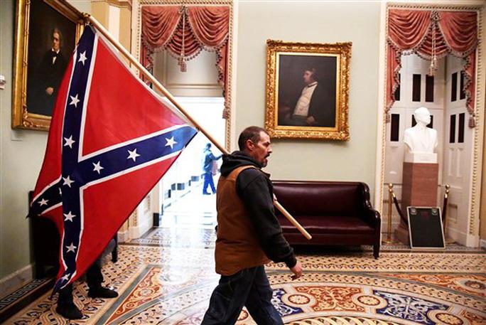 Loạt ảnh người biểu tình xông vào quốc hội Mỹ - Ảnh 11.