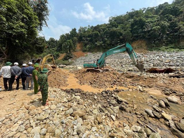 Hình ảnh rơi nước mắt về nạn nhân mất tích tại Rào Trăng: Chiếc ví lấm lem bùn đất, chiếc xe máy bị cuộn nát dưới lòng sông - Ảnh 2.