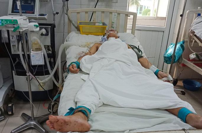 Án mạng kinh hoàng ở Quảng Nam: Công an túc trực tại bệnh viện phòng bị can tự tử - Ảnh 1.