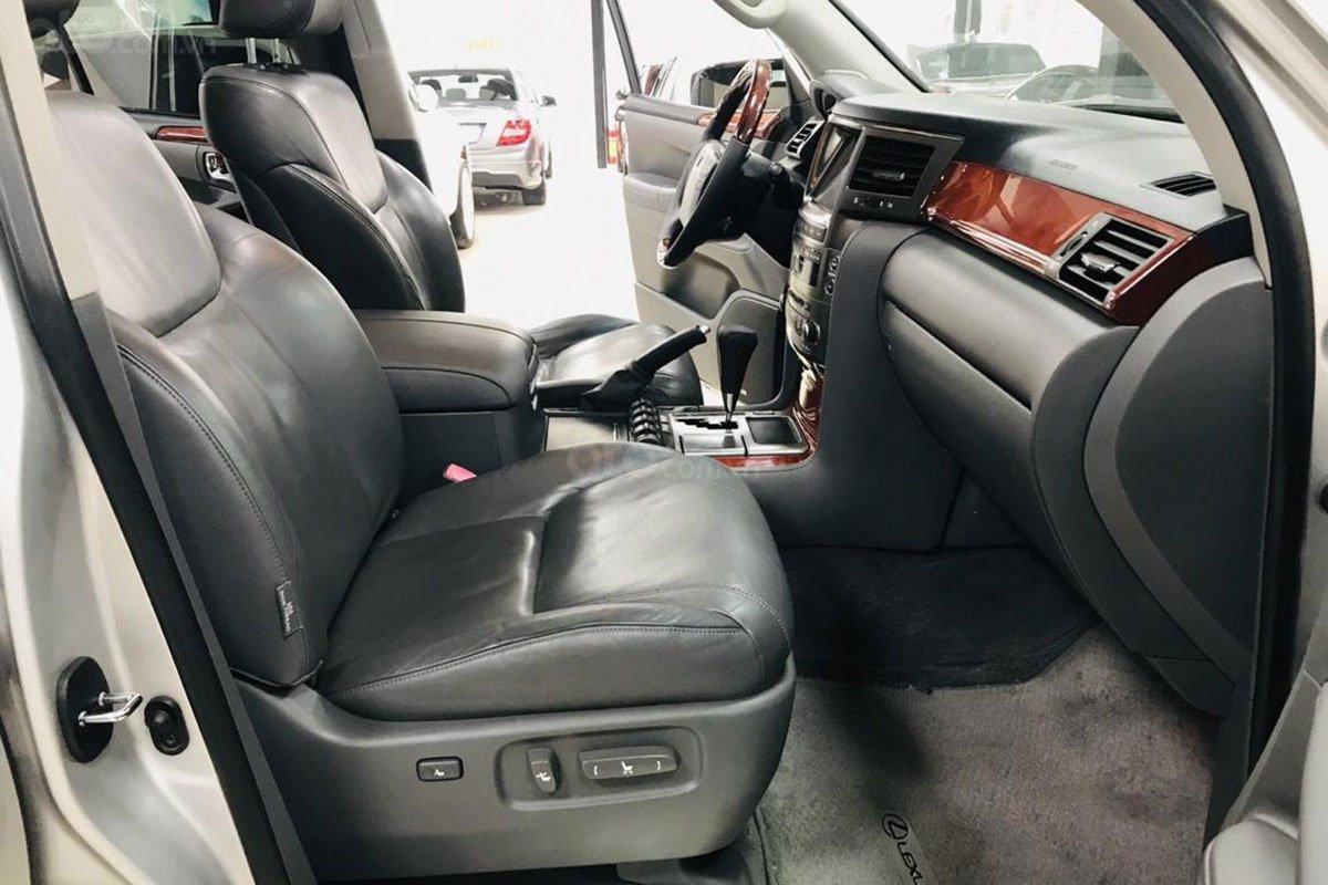 Không gian hàng ghế trước của xe Lexus LX 570 2008 1