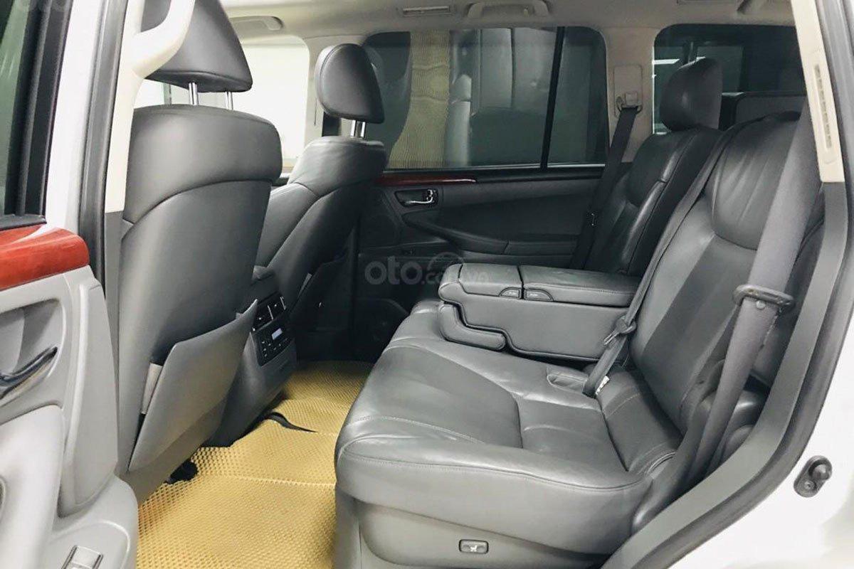 Không gian hàng ghế thứ hai của xe Lexus LX 570 2008 1