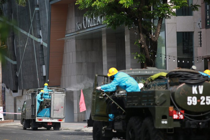 CLIP: Đà Nẵng khẩn cấp phong tỏa khu dân cư quanh vũ trường New Phương Đông - Ảnh 4.