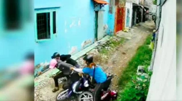 Bị 2 tên cướp áp sát giật tài sản trong con hẻm nhỏ, cô gái trẻ có pha phản đòn cực gắt - Ảnh 3.