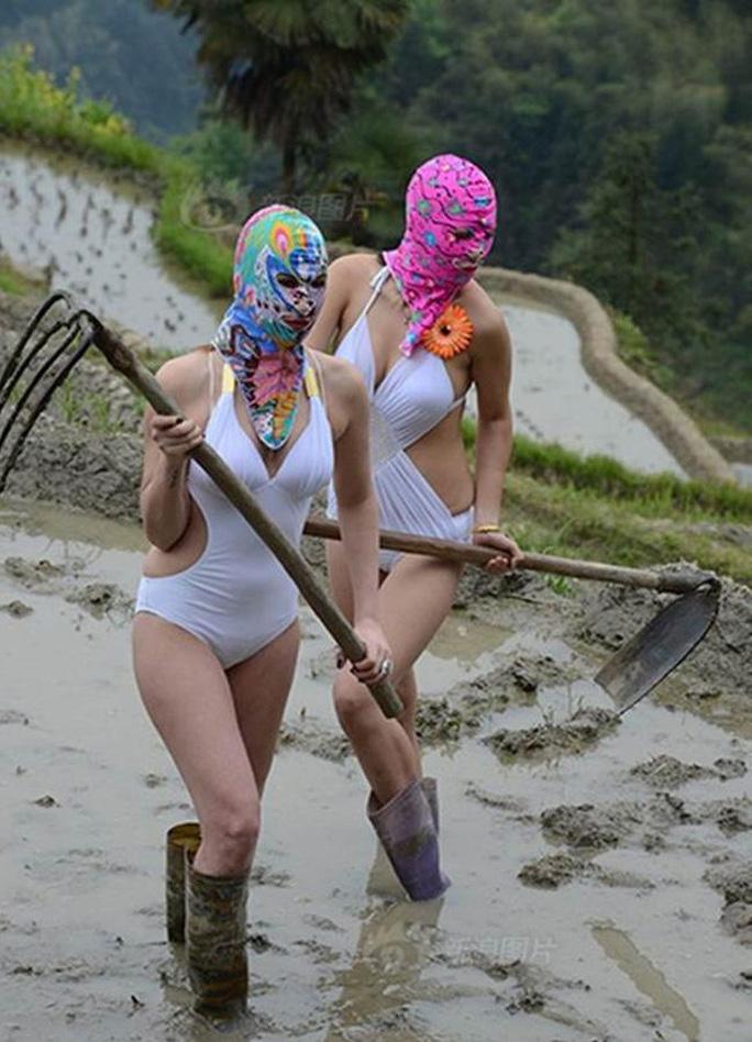 s-o-c-canh-dan-nguoi-dep-mac-bikini-di-cay-lua