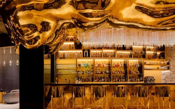 quan-bar-choi-troi-phu-vai-can-vang-rong-len-tuong-khoe-do-xa-xi