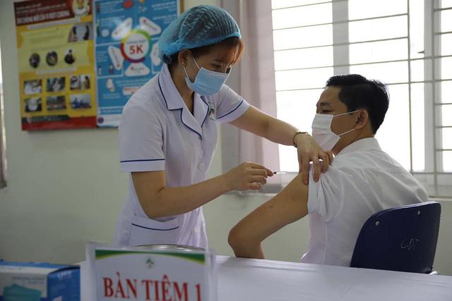 bo-y-te-cam-thu-tien-nhan-tien-boi-duong-khi-tiem-vaccine-covid-19