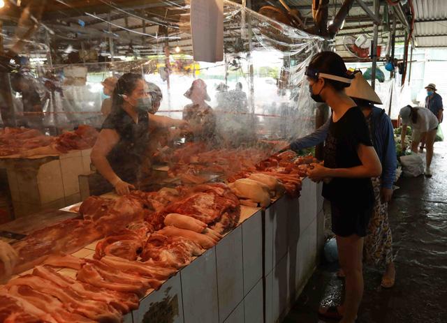 Giá lợn hơi chạm đáy, thịt lợn ở chợ và siêu thị vẫn 'đứng im' - Ảnh 3.