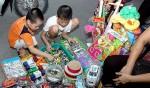 Nhiều hóa chất độc hại ẩn trong đồ chơi bán theo cân