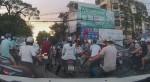 Kẻ gian trà trộn vào đám đông, lấy trộm đồ trong balo cô gái đi xe máy