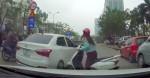 Cắt ngang sang đường nhưng không được, Ninja Lead loay hoay húc 3 phát vào hông ô tô rồi mới chịu đi