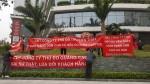 Cư dân Ecolife Capitol căng băng rôn phản đối vì chủ đầu tư thu phí dịch vụ cao