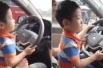 Dân mạng dậy sóng với clip mẹ giữ cho con trai 3 tuổi lái xe ô tô, bố ngồi quay video