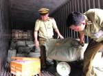Bắt giữ 7 tấn phế phẩm động vật bốc mùi hôi thối sắp
