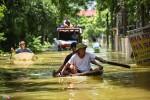 Hơn 800 hộ ở Hà Nội vẫn bị cô lập trong nước lũ, dân bơi trước cửa nhà