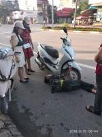Dân mạng xôn xao trước hình ảnh người phụ nữ nằm giữa đường ôm chặt bánh xe máy