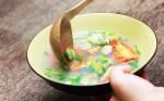 Tranh luận trái chiều về thói quen ăn cơm chan canh gây bệnh dạ dày: Đâu là cách ăn đúng?