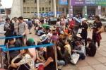 Hàng trăm người nhịn đói, xếp hàng cả giờ chờ mua vé máy bay giá rẻ