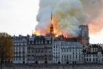 Cận cảnh hình ảnh Nhà thờ Đức Bà Paris chìm trong biển lửa