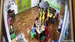 Hà Nội: Mẹ chết lặng khi thấy cô giáo mầm non nhốt con mình vào tủ quần áo