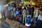 Hà Nội: Gần 0h đêm, người dân vẫn xếp hàng dài như thời bao cấp xách từng can nước