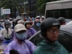 Mưa đúng giờ cao điểm, người Hà Nội ngán ngẩm cảnh ùn tắc ở nhiều tuyến đường.