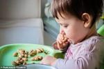 Cho bé từ 3 tháng tuổi sử dụng đậu phộng và trứng có thể giảm tình trạng dị ứng