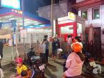 Hàng loạt người xếp hàng chờ rút tiền lúc nửa đêm để về quê ăn Tết