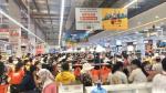 Covid-19 hoành hành, dân Quảng Ngãi vẫn chen chúc trong siêu thị mới khai trương