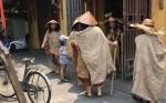Lộ danh tính gây sốc của nhóm người ăn mặc lạ, đội nón lá, mang gậy, bát vỡ ở Hội An