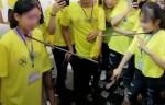 Clip 2 nữ nhân viên cty đa cấp bị bắt chống gậy vào cổ đẩy nhau: Đừng tẩy não họ nữa!