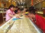 Giá vàng đột ngột đi xuống, giới đầu tư bán thêm 5 tấn vàng