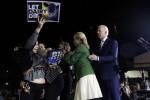 Có người lao tới ông Joe Biden, bà vợ lập tức chắn trước mặt chồng!