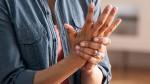 Tê tay tuy là chuyện thường nhưng hãy cẩn thận, nó cũng là dấu hiệu cảnh báo sớm của 5 loại bệnh