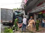 Tài xế bẻ lái, tông nát 13 xe máy để cứu 2 người được giúp đỡ hơn 800 triệu đồng