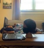 Nữ sinh ngủ ngon lành nhưng cô giáo tưởng đang học online chăm chỉ, nhìn kỹ thì ngất lịm vì trò lừa quá tinh quái