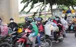 Nhiều người tự ý chạy xe máy rời TP.HCM về quê bị lực lượng chức năng chặn lại