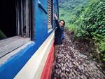 Bức ảnh người phụ nữ Việt đu trên tàu hỏa mưu sinh gây tranh cãi