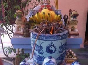 Cách rút bớt chân hương (chân nhang) và vệ sinh bàn thờ ngày Tết