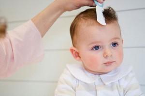 Những lưu ý bố mẹ cần tránh khi cắt tóc máu cho bé