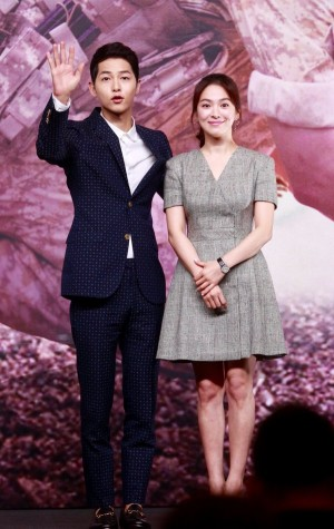 Song Hye Kyo - Song Joong Ki cười