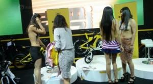 3 người mẫu bán khỏa thân gây náo loạn hội chợ xe đạp và mô tô