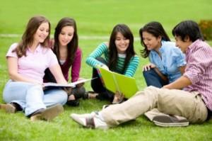 Sinh viên năm nhất có nên đi làm thêm? Hai mặt của một vấn đề
