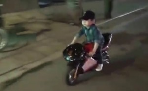 Video: Thót tim xem bé trai 5 tuổi phóng motor giữa phố Hà Nội