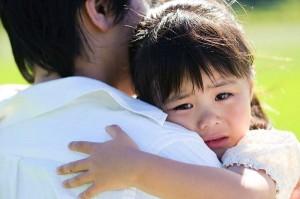 Chuyên gia về gia đình giải thích vì sao không nên bắt trẻ ôm hôn anh em họ hàng?