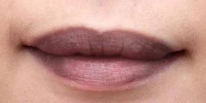 Bị thâm môi chữa hoài không hết, chị em có nên rủ nhau đi xăm môi?