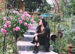 Cả đồi hoa hồng rực rỡ trong nhà vườn rộng 3.000 m2 bên hồ của nữ BTV xinh đẹp của VTV