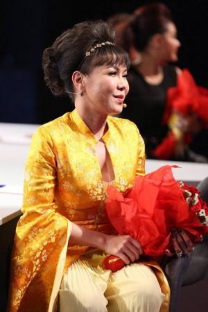 Trấn Thành - Hoài Linh chơi trội, tặng hoa toàn bộ khán giả ở phim trường