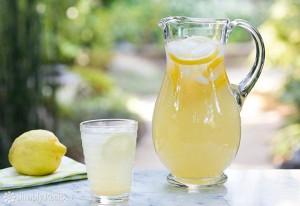 Uống nước chanh vào buổi sáng rất tốt nhưng uống trước hay sau khi ăn sáng mới THỰC SỰ TỐT?